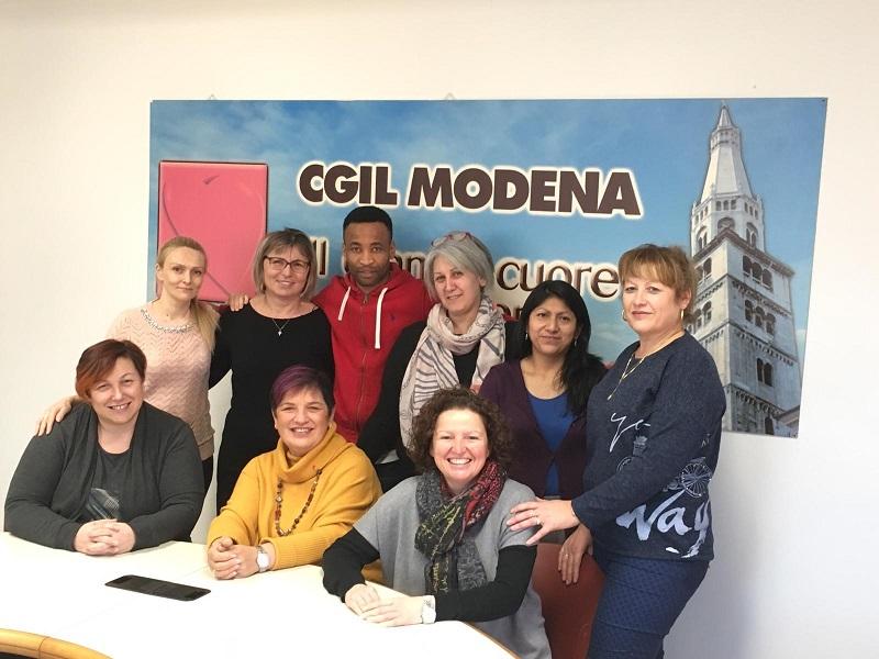I corsisti (in piedi) insieme alle sindacaliste della Filcams Cgil(sedute) colf e badanti