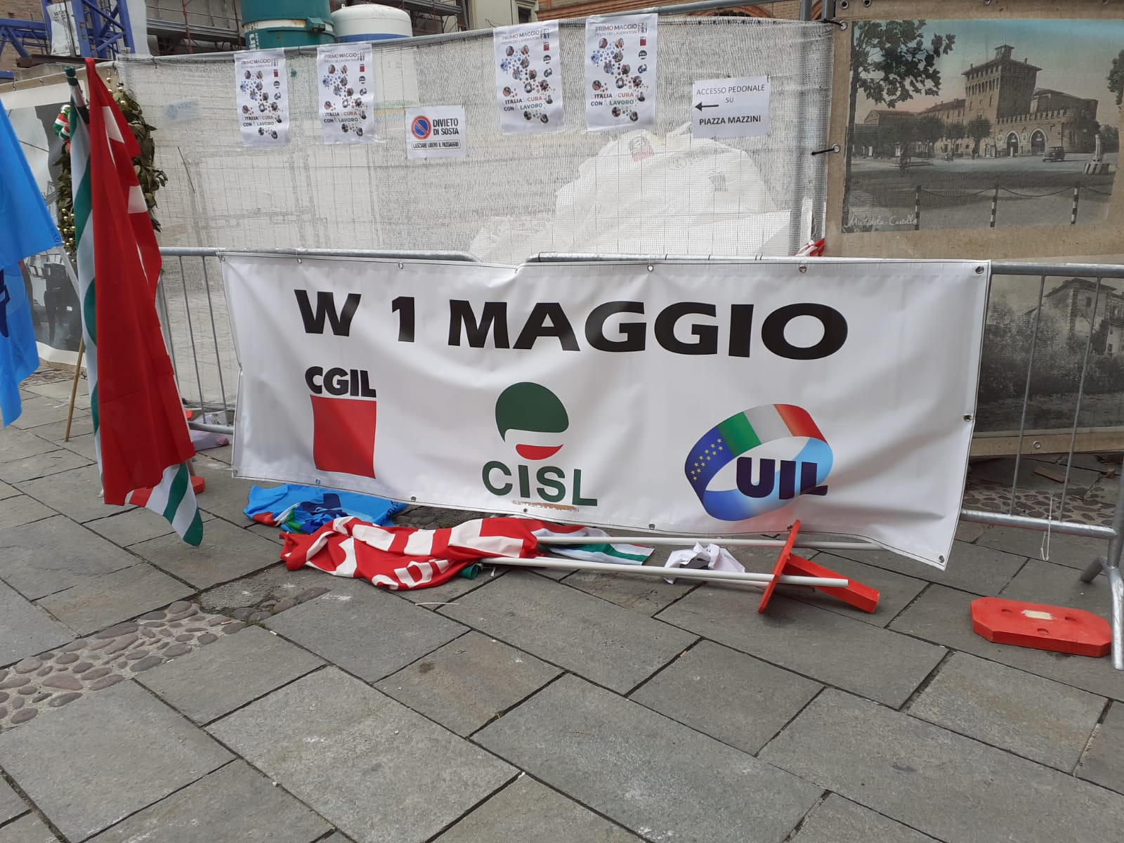 bandiere a terra 1° maggio 2021 Mirandola